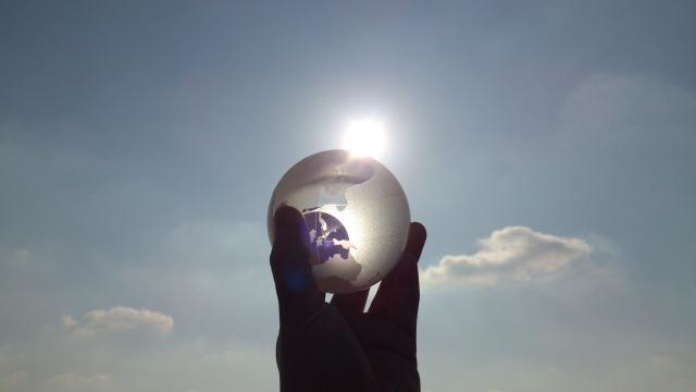 ガラス玉にうつる空